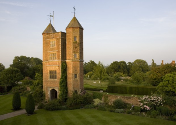The Elizabethan Tower at Sissinghurst Castle Garden, Kent. ©National Trust Images/Jonathan Buckley