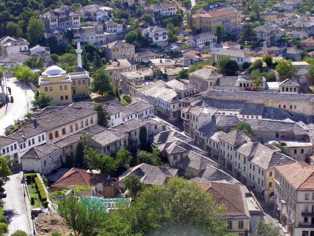 Gjirokaster's oldtown from the castle / Gjirokaster ovarosa a varbol